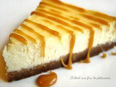 Cheesecake -Mixer 200g de spculoos ajoutez 70g de beurre fondu.Placez le mlange au fond dun moule en appuyant bien. Rservez.Prch. four 180C. Fouettez 300g de fromage blanc et 300g fromage frais. Ajoutez 100g de sucre. Terminez par 3 ufs en fouettant bien entre chaque.Versez le fromage sur le spculoos et enfournez 1h. Le gteau gonfle mais retombe, dont pas de panique! Laissez le cheesecake au frais 2h ou 1nuit,napper de sirop drable, caramel ou autre.