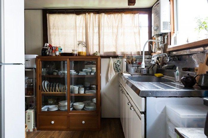路地に面し、静かで明るいキッチン。床のきしむ音が懐かしい。