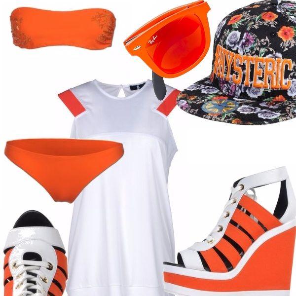 Bikini con top a fascia decorato con perline tono su tono, cappellino da baseball a stampa fiorita, sandali con zeppa, occhiali ray-ban con montatura arancione e lente dello stesso colore, maglia in cotone lunga con profili color arancio