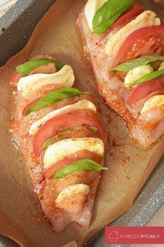 Zapiekany kurczak nadziewany mozzarellą, pomidorami ibazylią