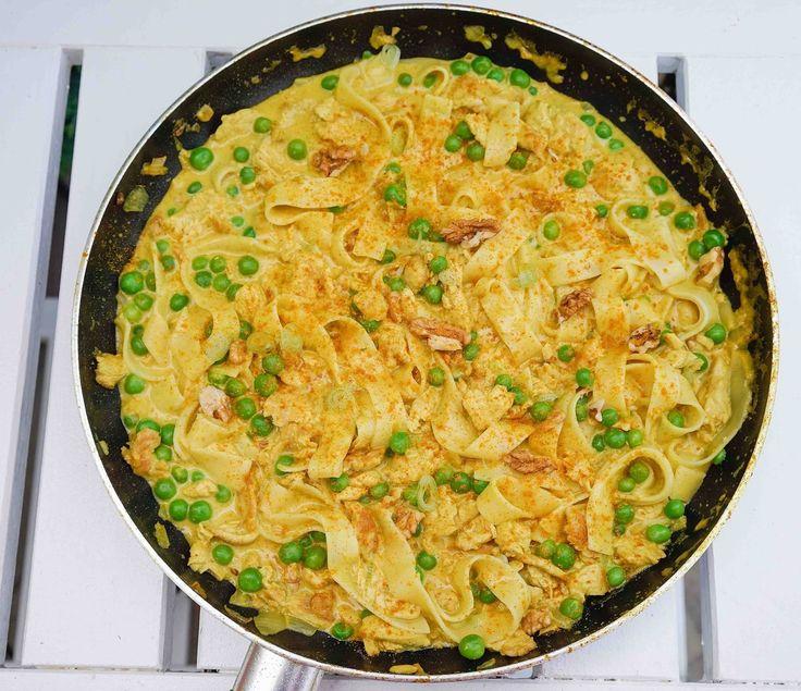 stuttgartcooking: Curry-Nudelpfanne mit Erbsen, Putenbrust-Streifen und Walnüssen