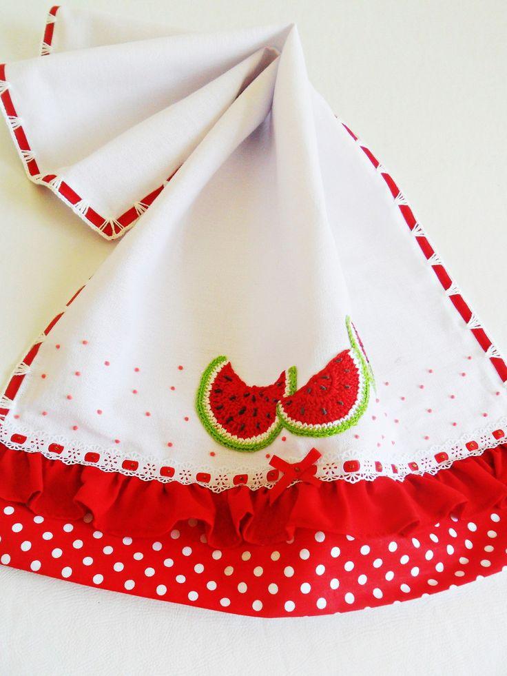 *** PANO DE PRATO com barrado listrado vermelho e babadinhos vermelho com poá branco e melancias aplicadas em crochê *****    Hummm... Que delícia essas melancias... Venha fazer a feirinha em seus panos de prato, temos a escolher: pêras, uvas, cerejas, maças, laranjas... Combine as frutinhas e pe...