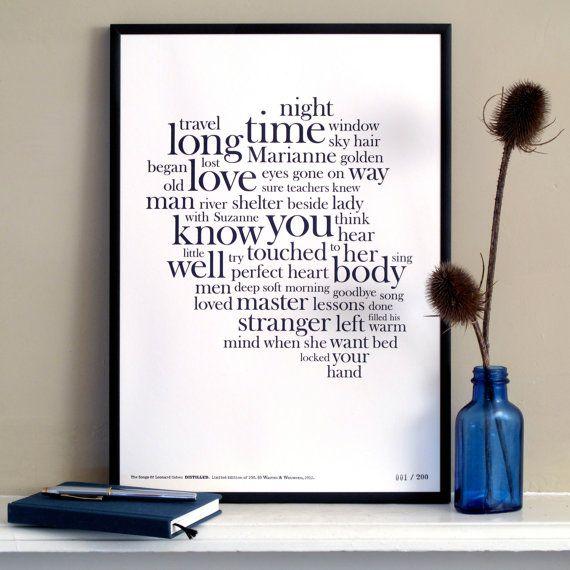 Cette impression de typographie élégante et intemporelle « distille » les paroles de premier album de Leonard, The Songs Of Leonard Cohen dans une belle oeuvre typographique. Le travail est défini dans la fonte Baskerville Old Face exquise et imprimé avec une encre bleue foncée profond magnifique sur un stock de carte heavyweight recyclé blanc pur.  Peut-être aucun autre musicien ne brouille les frontières entre lauteur-compositeur et poète plus que Leonard Cohen. Bien sûr a commencé sa vie…