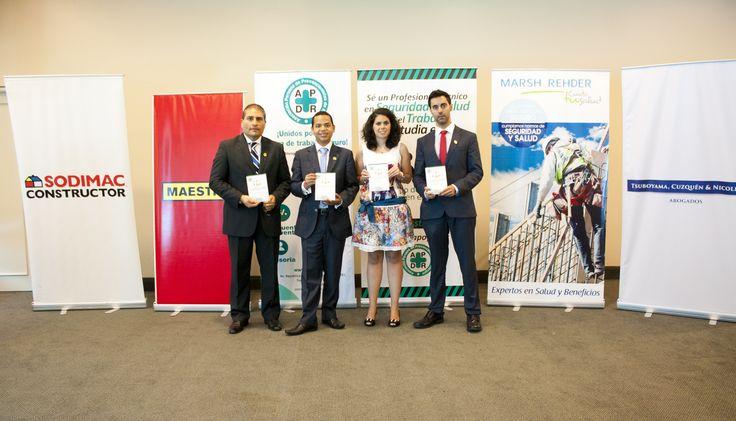 Los 4 autores del libro con los banners de los auspiciadores