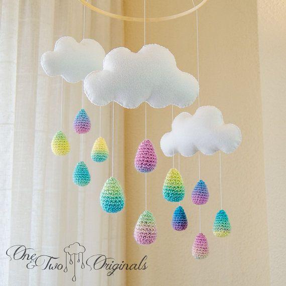 Nouveaux nuages blancs et colorés de pluie gouttes Mobile - Mobile bébé - Nursery Mobile - Crochet Mobile - pépinière Decor