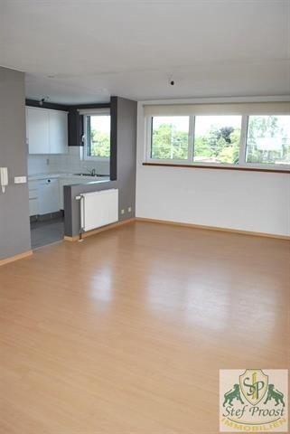 Appartement te huur in Mol - 3 slaapkamers - 110m² - 680 € - Logic-immo.be - Ruim dakappartement (2e verdieping) nabij het centrum van Mol bestaande uit: inkomhall met vestiairekast, ruime woonkamer (46m²), ingerichte keuken ( 7m²; met koelkast, dubbele spoelbak, oven, microgo...