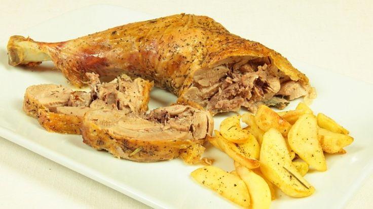 Ricetta Coscia di tacchino al forno con patate: Che ricetta favolosa questa coscia di tacchino al forno con patate! Un piatto importante che vi farà fare una ottima figura di certo con i commensali!
