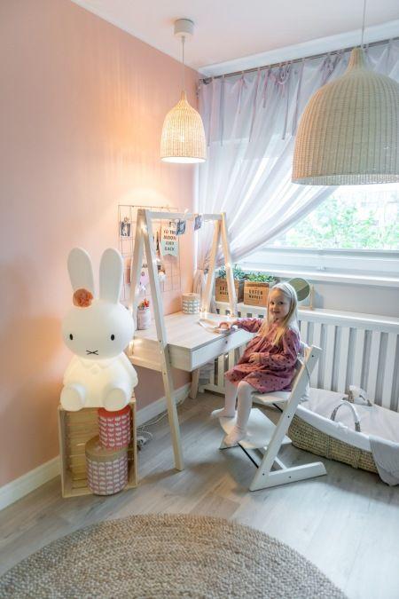 Białe biurko w aranżacji pastelowego pokoiku dziecięcego - Lovingit.pl