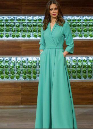 Repasamos los estilismos de Eva González, presentadora de la cuarta edición de Masterchef, desde los look de pantalón y blusa a vestidos o monos muy chic