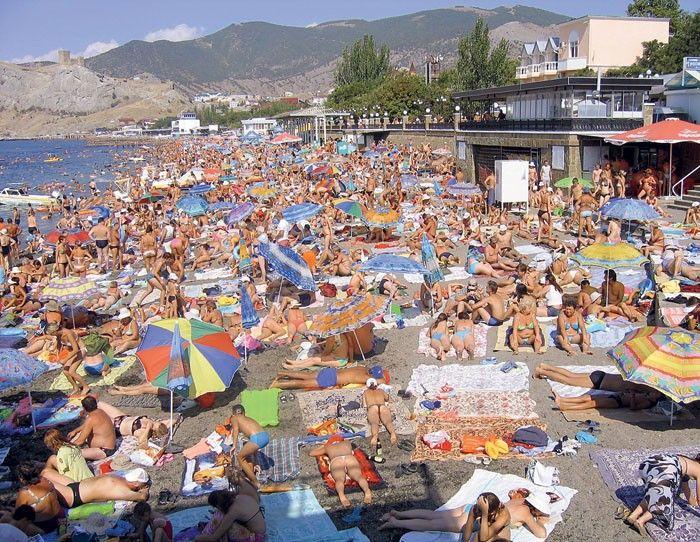 Это пляж. На нем люди и мусор. Люди мусорят и живут в этом мусоре. Как избавить людей от мусора? Найди Правильное Решение! - задание из моего курса