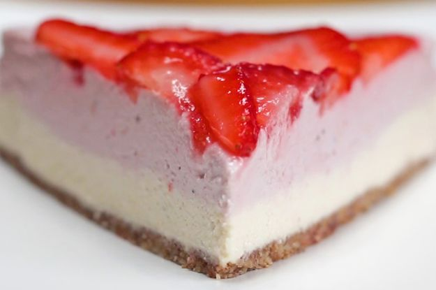 """Avoiding Dairy? This Dairy-Free Strawberry """"Cheesecake"""" Is An Amazing Alternative"""