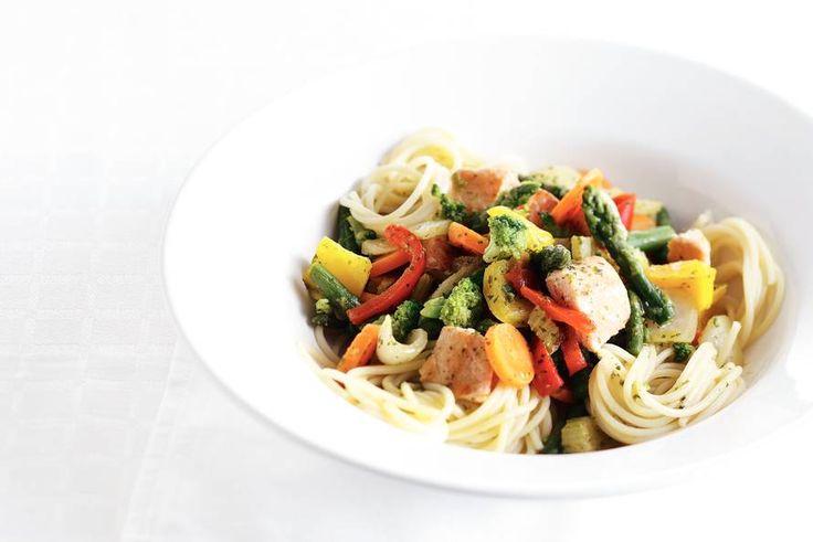 Kijk wat een lekker recept ik heb gevonden op Allerhande! Gewokte zalm met groente en spaghetti