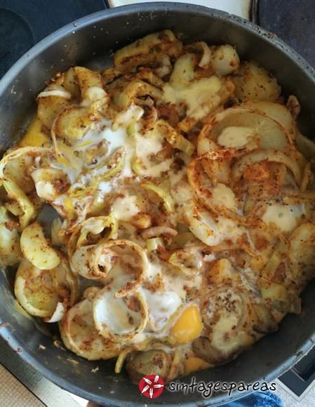 Πατάτες στο φούρνο με αυγά, λαχανικά και σως #sintagespareas