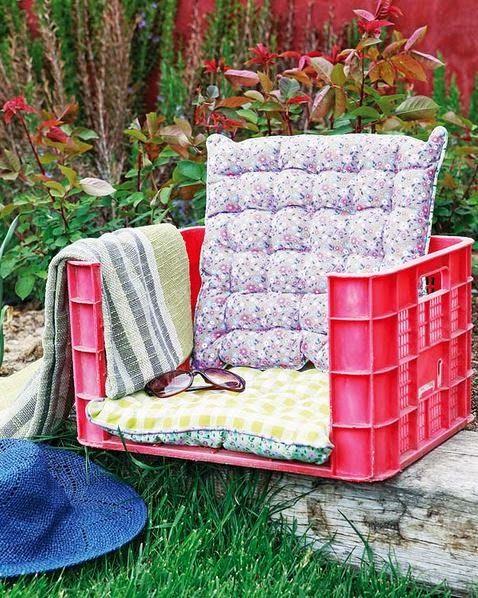 Reciclar caja de plástico como asiento de jardín.