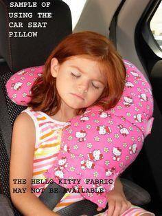 Ce coussin de siège de voiture se fixe facilement (par un adulte en fonction de quel âge lenfant est) à une ceinture de sécurité, donc il nest pas changer de position. Il y a 2 sangles avec un Velcro sur les extrémités. Cest un oreiller à support qui prend en charge le cou dans le dos et sur le côté devant. Il ny a pas de gauche ou droite donc il peut être utilisé de chaque côté de la voiture. Il est doux et confortable. Mes petits-enfants adorent. En fait, les adultes peuvent lutiliser…