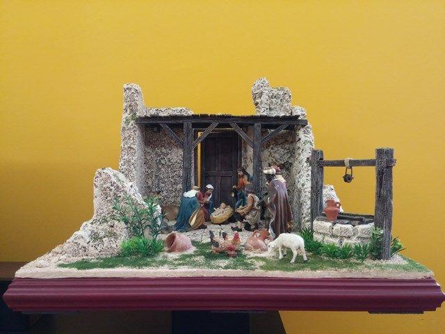 Nacimiento en una Casa en Ruinas, con figuras de 11 cm. Tiene luz de leds y mide 51x51x36. Colección 2016