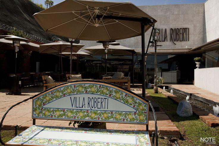Restaurante Villa Roberti, Belvedere - BH.  Vista do espaço ao ar livre com ombrelones e aquecedores a gás.