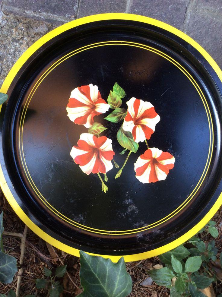 """Vassoio in metallo vintage, dalla simpatica forma rotonda. Sfondo nero con fiori bianchi e rossi e bordo giallo. Marchiato """"Made in France"""". di Santalvenerdi su Etsy"""