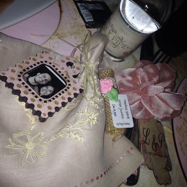 Recordatorios:mentas, servilleta en lino y seda bordada, portaretrato, botella de agua , flor en tela para la mano