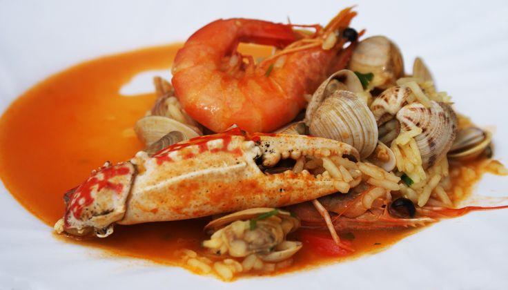 Portugese rijst met zeevruchten, en nee, het is geen Paella! Misschien toch het eerste gerecht waar men aan denkt bij deze combinatie. Het lijkt er in de verste verte niet op! Dus, wil je eens wat ...