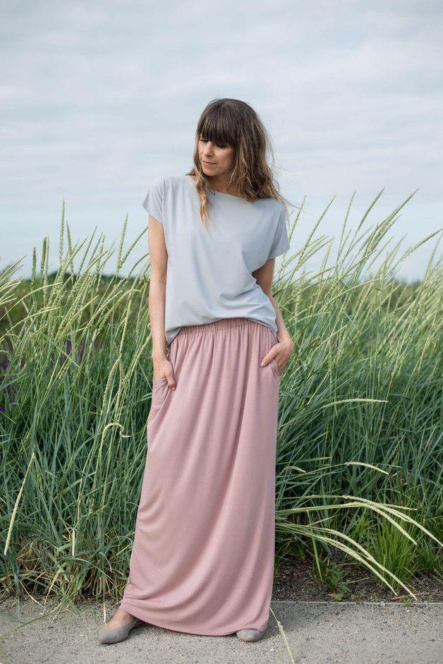 - maxi spódnica z kieszeniami - zwiewna i bardzo kobieca - wydłużająca nogi - w pasie wszyta guma, przez co talia jest elastyczna - uszyta z polskiej dzianiny wiskozowej - idealna na upały -...