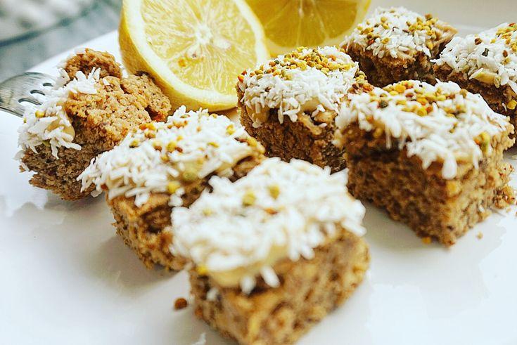 Vanilla cake with lemon, god mjuk pepparkaka med touch av citron, magisk! RECEPT:  Mixa 1 tetra vita bönor 1 dl havregryn  1 tsk bakpulver 12 dadlar 1 dl mandelmjölk 1,5 dl vanilj-protein Rivet skal av 1 citron  Kanel/kardemumma. Baka 175* i 25 min.
