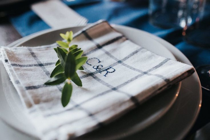 serviette brodée personnalisées - fleurs - chemin de table bleu - marque place calligraphier