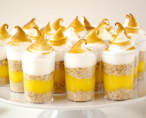 Se non avete voglia di fare una torta, perché non orientarsi su questi bicchierini di meringa al limone