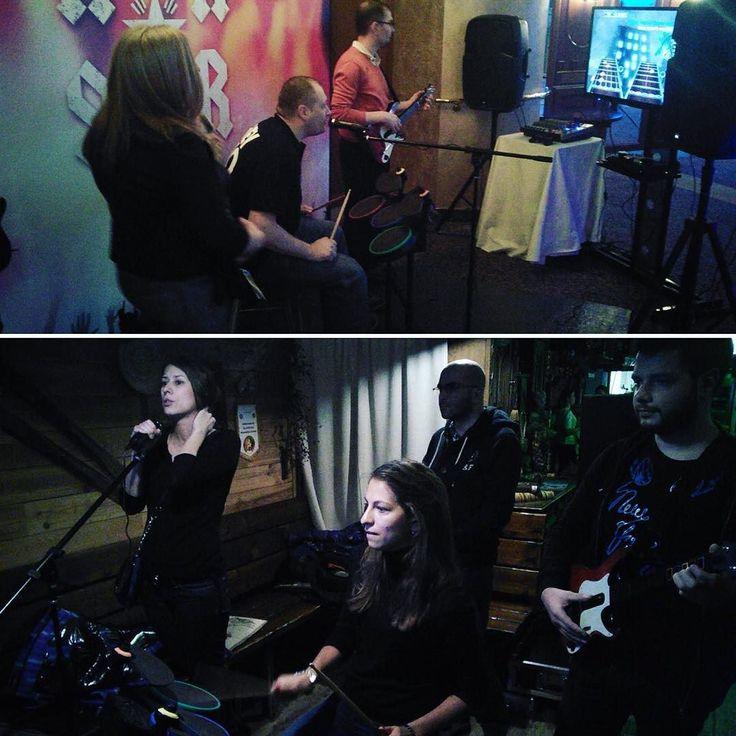 """We will rock you! Аренда аттракциона """"Guitar Hero"""" на вечеринку - это гораздо круче караоке: и поём и играем! Только в отличие от караоке в """"Короле гитары"""" в случае если вы не вполне справляетесь с ролью звезды вам не выставят позорно мало баллов а... освистали и забросают помидорами; не вас конечно конкретно а ваши рок-аватары на плазме... #арендааттракционов #арендааттракционоввмоскве #организацияпраздников #организациямероприятий #корпоратив #организациякорпоративов #вечеринка…"""