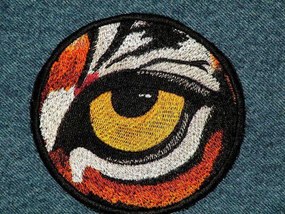 El ojo del tigre es un parche totalmente bordado, hecho en detalle espléndido. Este parche mide aproximadamente 4 de diámetro. Este parche es