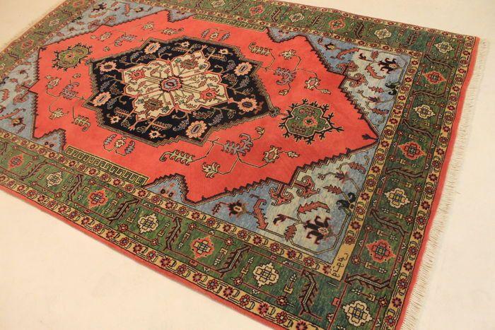 Aangeboden wordt een met de hand geknoopt Perzisch oosters tapijt. Deze tapijten zijn gemaakt in regio's beroemd om het knopen.    Neemt u alstublieft de tijd en aandacht om naar het tapijt te kijken. Van elk handgemaakt tapijt zijn de tekening, schoonheid en kleurharmonie uniek en daarom een kunstwerk op zichzelf.  Provincie: Heriz   Gemaakt in Iran   De beste hooglandwol, natuurlijk gekleurd, omstreeks 1980. Ongeveer 300.000 knopen per vierkante meter.  Afmetingen tapijt: 160 x 245 cm  ...