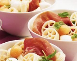 Salade de pâtes, jambon, mozzarella et melon : http://www.fourchette-et-bikini.fr/recettes/recettes-minceur/salade-de-pates-jambon-mozzarella-et-melon.html