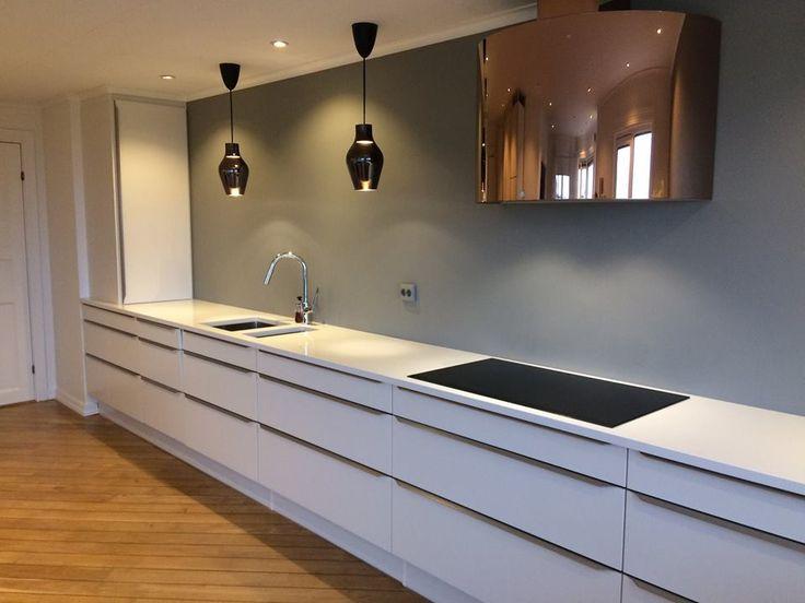 Kök utan överskåp, bänkskiva i kvartskomposit. www.nerostein.se