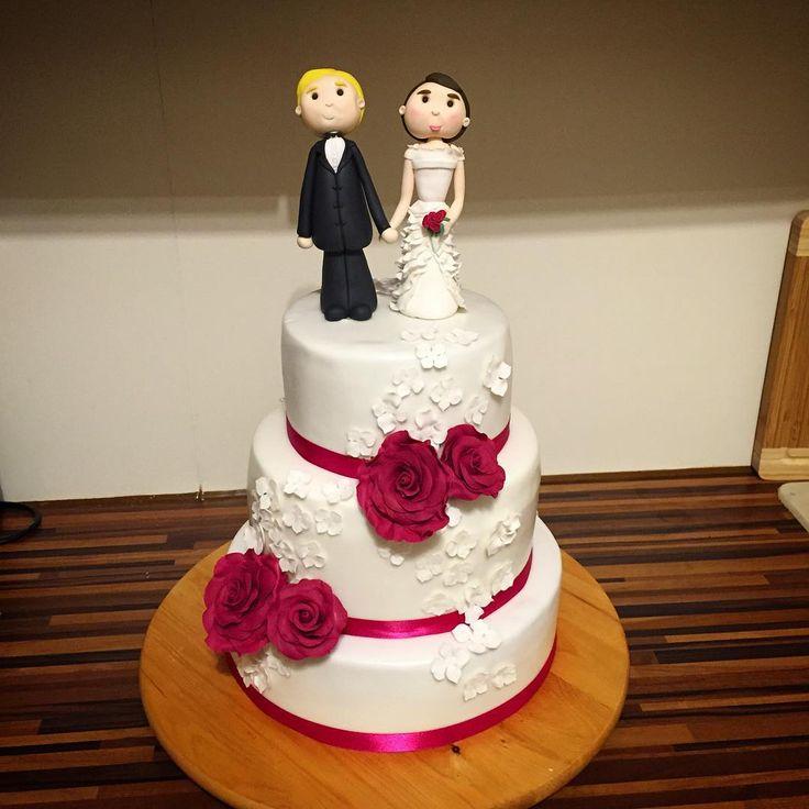 Eine Hochzeitstorte in weiß und fuchsia mit Brautpaar. Snickerstorte, Erdbeer-Frischkäse und Red Velvet mit Himbeer-Frischkäse.. #torte #hochzeit #weddingcake #wedding #cake #sugar #foodporn