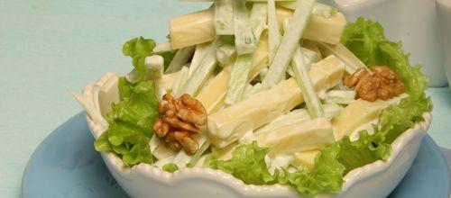 Receita de Salada de aipo com queijo e nozes. Descubra como cozinhar Salada de aipo com queijo e nozes de maneira prática e deliciosa com a Teleculinaria!