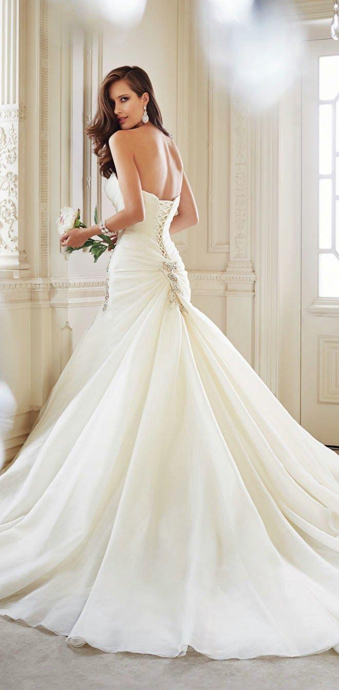 Dieses Brautkleid hat einen spektakulären Faltenwurf. #Hochzeit Sophia Tolli Fall 2014