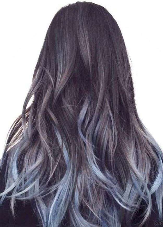 Cabello color gris de las puntas