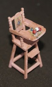 Miniature high chair for the dollhouse nursery - instructions in French with plenty of photographs - source: moogiscath