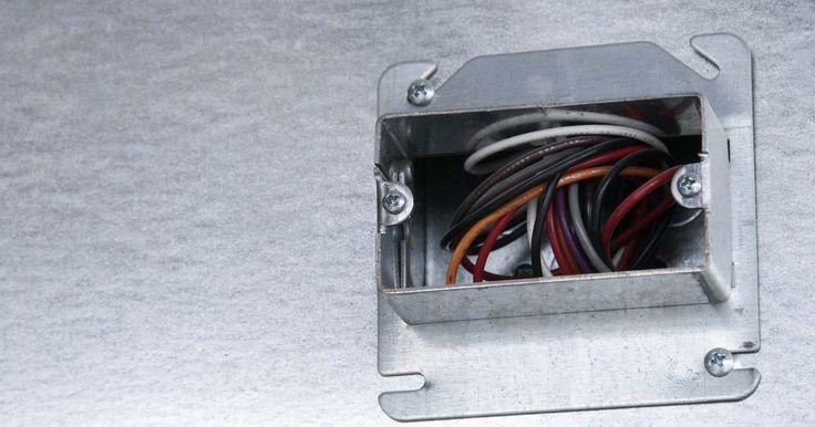 Tipos de cajas eléctricas metálicas. Cubriendo las variedades de equipos eléctricos, los accesorios y el cableado de intersección, las cajas eléctricas metálicas vienen en diferentes formas y tamaños salvaguardando la exposición y el contacto peligroso. Por lo general, hechas de aluminio, las cajas eléctricas metálicas cubren los interruptores de encendido y apagado de luces, los ...