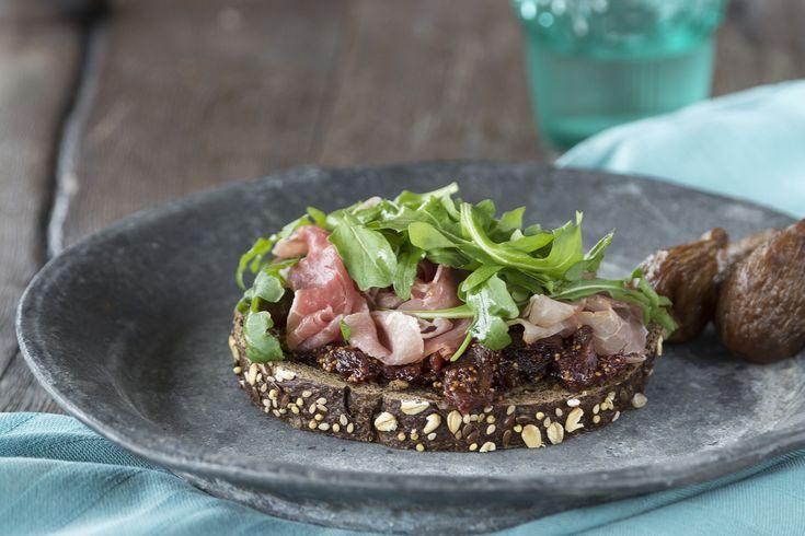 Meergranensnee met vijgenjam, rauwe ham en rucola, kijk voor het recept op: http://www.brood.net/recepten/smulweb/meergranensnee-met-vijgenjam-rauwe-ham-en-rucola