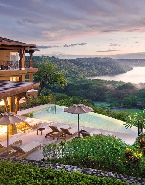 Es un hotel.Está en Costa Rica cerca el océano.Se puede ver el Volcán Arenal desde aquí. Es muy lujoso. Ofrece una gran vista también.