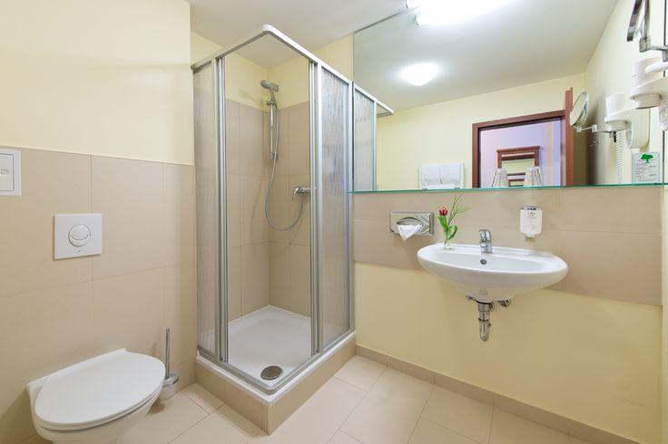 Alle Badezimmer sind mit DU/WC, Haarfön und Kosmetikspiegel ausgestattet.