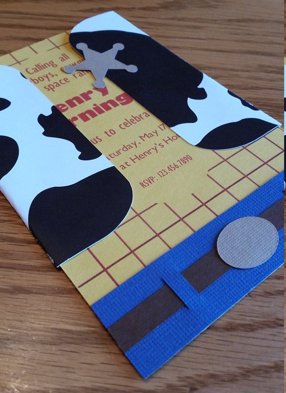 Inspirado por Woody, esta invitación es perfecta para tu pequeño fan de Toy Story! Con 6 pedazos de cartulina, esta invitación tiene una mirada detallada y definida.  Invitación está hecha de cartulina de alta calidad y se reconstruye con la mano. La invitación es de aproximadamente 4 x 6. Sobre incluido.  Invitaciones son una pieza $2,00. Por favor seleccione la cantidad necesaria de la caja desplegable. Si desea una cantidad que no aparece, póngase en contacto conmigo y le monté un listado…