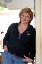 2. AUTEUR VAN HET BOEK. Elle van den Bogaart is schrijfster van jeugdboeken. Ze is geboren op 6 april 1959 in Nuland. Ze heeft in oktober 2004 het boek Krassen geschreven. Elle schrijft boeken voor jongeren van 12 t/m 18 jaar. Ze vindt het fantastisch dat zowel meisjes als jongens genieten van haar boeken. De boeken die ze geschreven heeft zijn o.a.: Lijfstraf, No Deal, Verdoofd, De Val en De Gele Scooter. Wil je meer weten over Elle? Kijk dan ook eens op haar site: www.ellevandenbogaart.nl
