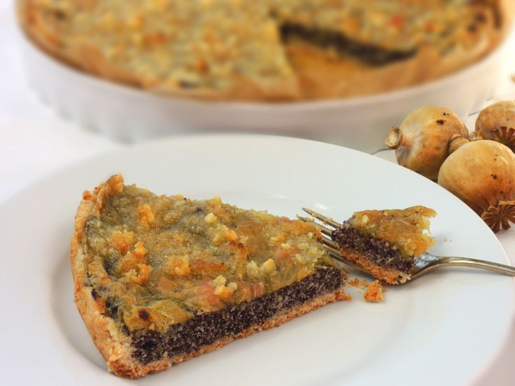 Fantastiský šťavnatý koláč z křehkého těsta s plnou chutí makovo-jablečné nádivky a s výraznou polevou z rebarborového pudinku.
