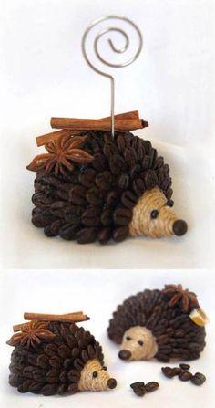 Máme pro Vás zábavný DIY projekt na výrobu roztomilého ježka z kávových zrn. Věděli jste, že kávová zrnka jsou také vynikajícím deodorantem v domácnosti? S jinými přírodními vůněmi jako napírklad sušený citron či skořice svého ježka nejen vylepšíte, ale i přidáte svěží vůni své kuchyni v prvních podzimních dnech. Pobavte se!   Potřebujeme:       Umělá nebo polystyrenová polokoule Hnědá akrylová barva a štětec jutový provaz kávová zrna kousek pěny karton kousek skořice, sušený plá...