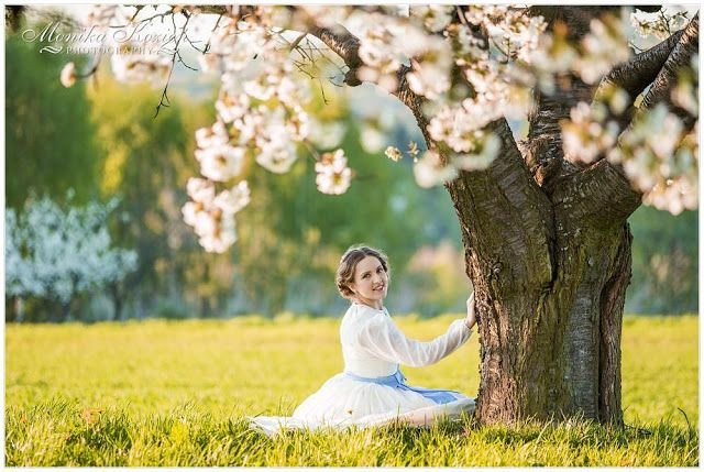 W złocistym świetle i kwitnącym sadzie / suknia spacerowa z lat 1860.