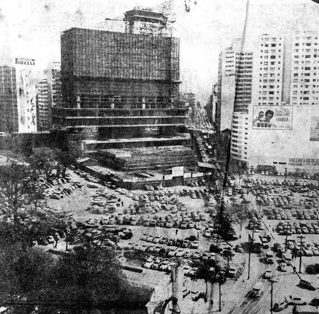 A fotografia acima (Construção da Câmara Municipal e em primeiro plano a Praça das Bandeiras, ainda longe de ser urbanizada, vinte anos depois da demolição do antigo Largo do Piques) e todas as outras deste artigo foram publicadas no jornal Diário Popular nos meses de agosto e setembro de 1966. / Blog do Ralph Giesbrecht: A SÃO PAULO DE 1966 (CINQUENTA ANOS ATRÁS)