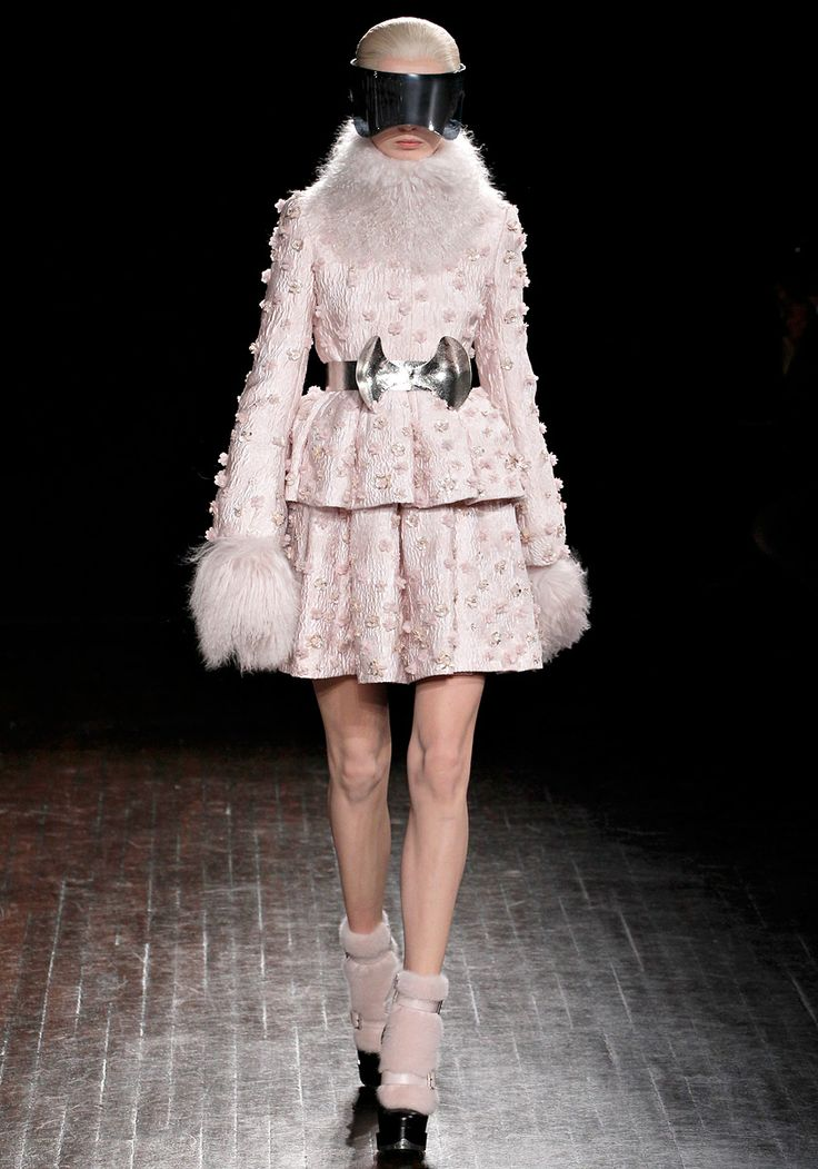 ALEXANDER MCQUEEN RTW FALL2012 Minus the Star Wars glasses, I really love the feminine detail she incorporated in this collection. It's just so fluffy and innocent. It makes me happy.