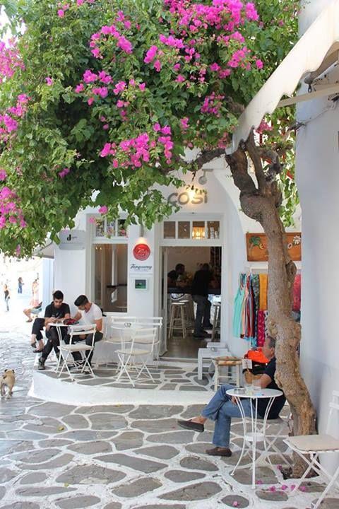 Imagine-se sentado neste café a ver as pessoas a passar enquanto bebe um frappé…